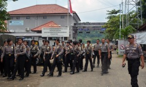 Dozens of police guards leave Indonesia's prison on Nusa Kambangan at Wijayapura Port, where Australians Myuran Sukumaran and Andrew Chan are scheduled to be executed by firing squad