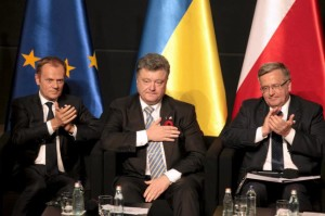 """(L-R) European Council President Donald Tusk, Ukrainian President Petro Poroshenko and Polish President Bronislaw Komorowski attend a history panel """"The Legacy of World War II after 70 Years"""", prior to ceremonies marking the anniversary of the end of World War II in Gdansk, north Poland, May 7, 2015."""
