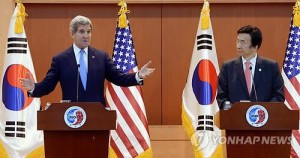 South Korean Foreign Minister Yun Byung-se (R) and U.S. Secretary of State John Kerry hold a joint press conference after their talks in Seoul on May 18, 2015. (