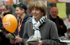 Henriette Reker talking to people on Friday on the election trail in Cologne
