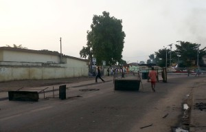 Anti-government protesters set up barricades on a road in Brazzaville, Republic of Congo, April 4, 2016.