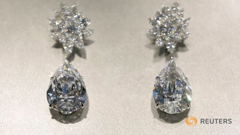 Diamond earrings star at christie 39 s jewels auction in for Miroir loge de star